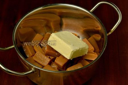 С конфет снимаем фантики, кладём их в кастрюльку вместе со сливочным маслом.