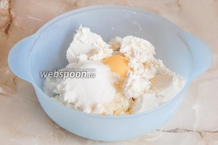 Теперь в миске соединяем творог, яйца, сахар и ванилин.