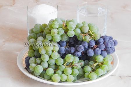 Итак, подготовим наше богатство, а именно домашний виноград. У меня был и тёмный и светлый, но оба вида на вкус совершенно несъедобные (кислые ягоды с огромными косточками). В Беларуси другой не вырастишь, не тот климат. А ещё возьмём сахарный песок и воду — потом расскажу, зачем они нужны.