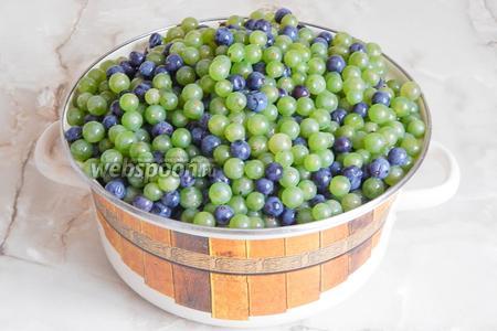 Хочу сразу сказать, что, если вы решите заготовить виноградный сок без соковарки (есть такие штуки, но у меня её нет, естественно, а домашнего сока хочется), запаситесь терпением. Прежде всего, переберите виноград — сухие, гнилые, подпорченные ягоды выбрасываем. Остальные моем и снимаем с веточек. Это самая большая кастрюля, что у меня есть — получилось таких 3.