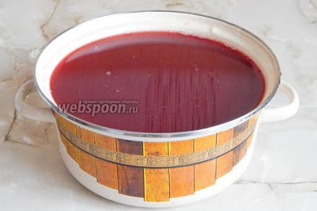Видите кастрюлю? Там — чистейший виноградный сок без пены, мути, мякоти и осадка. Но за этой картинкой — несколько часов мучений. Я не шучу! Вы когда-нибудь вручную отжимали сок из винограда? Если да, вы меня поймёте. Итак, мои советы. Прежде всего, купите стерильные резиновые перчатки, если не хотите сутки чесать руки, как от ожогов крапивы. Чем кислее виноград, тем больше в нём кислоты, которая разъедает кожу рук. У меня перчаток, естественно, не было. Отжимаем сок через 4-5 слоёв марли — он проходит довольно туго, если не применять силу, и потребует длительного времени. Кроме того, очень сильно и быстро отжимать тоже нельзя — в сок будет попадать мякоть. Остывший жмых тоже нужно отжать — ещё сложнее. Если у вас случайно оказался дома муж, скорее делайте удручённое выражения лица и зовите его на помощь! Ладно, это всё лирика — сок мы всё-таки получили!