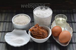 Для приготовления теста нам понадобится варёное сгущённое молоко, яйца, мука, сахар, подсолнечное масло, разрыхлитель.