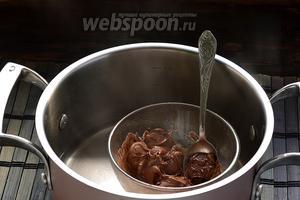 Шоколад поломать и растопить на водяной бане, помешивая.