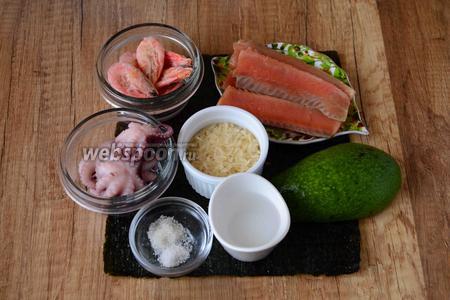 Для приготовления нам понадобится: креветки, лосось, авокадо, осьминоги, рис, уксус, сахар, водоросли нори.
