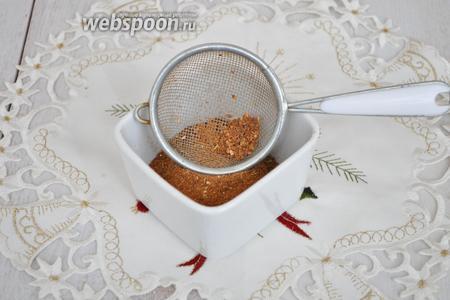 Когда всё измельчили, смесь нужно просеять через ситечко, а оставшиеся крупные частицы можно добавить в чай.