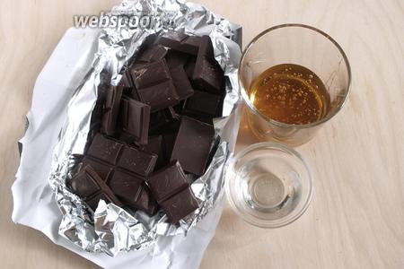 Для начала приготовим шоколадную обёртку для ролла «Домино» — понадобится 300 грамм. Кстати, её, как и рисовую массу, лучше приготовить накануне, так и вы и время сэкономите и массы станут нужной консистенции. Вам понадобится: шоколад тёмный 45-54% какао, вода и глюкозный сироп. Если нет глюкозного сиропа, можно взять кукурузный сироп или искусственный мёд. Натуральный мёд не подойдёт, важно исключить любую кристаллизация массы.