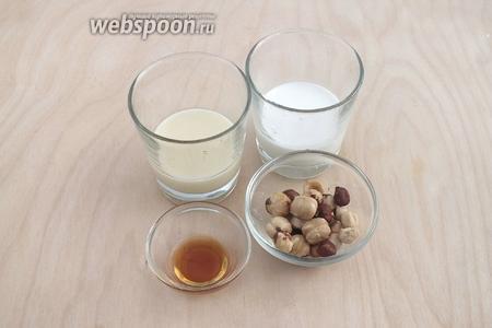 Готовим соус из: сгущённого молока, сливок, обжаренных орехов и ванильного экстракта.