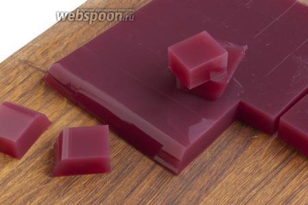 Немного нагрейте дно формы и тонким ножом отделите края мармелада от формы. Переверните форму на доску, выньте мармелад и нарежьте его кусочками произвольной формы.