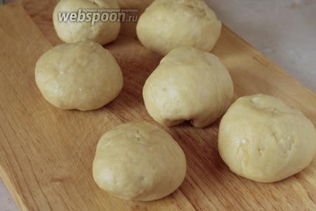 Разделить тесто на 6 кусочков и скатать их в шарик.