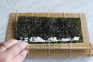 Так же аккуратно начать сворачивать ролл макисой, если правильно уложен рис, то начало ляжет к концу ровно