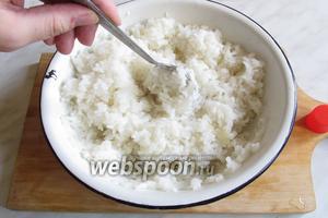 Ложкой взрыхлить рис, чтобы уксус равномерно распределился.