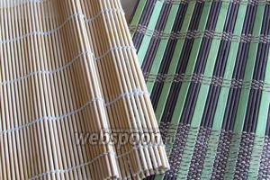 Приготовить макису (слева на фото), обычно я использую просто бамбуковый коврик (справа на фото) Для этого рецепта оборачивать плёнкой макису нам нет необходимости.