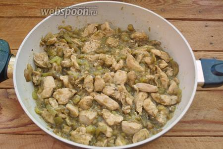 Готово. У готового блюда будет вот такой вид. Баклажаны превратятся в соус, а мясо курицы протушится полностью и будет готовым.  Подайте к столу. При подаче украсить зелёным луком, другой зеленью или кунжутом (по желанию).