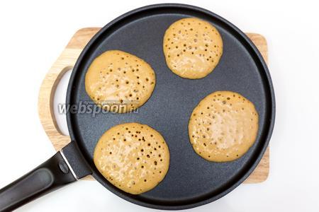 Наливаем тесто на сухую, хорошо прокалённую сковороду. Жарим буквально минуту. Как только на поверхности появились пузырьки, переворачиваем и жарим ещё минутку.