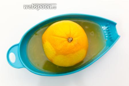 С апельсина снимаем цедру и выжмем сок.
