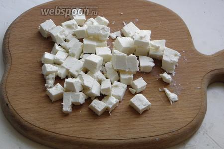 Сыр брынзу нарезать небольшими кубиками.