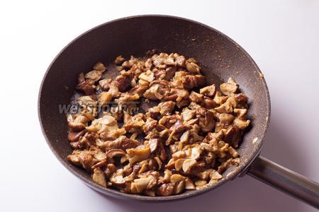 Добавляем к луку грибы и приправу для супа (или раскрошенный бульонный кубик) и жарим на сильном огне, время от времени помешивая, до того, как вся жидкость выпарится и грибы начнут приставать к дну сковородки.