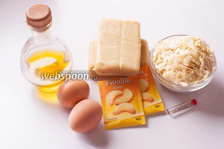 Марципан, который использован в этом рецепте, имеет долю миндаля чуть больше 50%. Я взяла такой сорт, чтобы тем, кому не удастся купить марципан в магазине, можно было сымитировать его в домашних условиях по рецепту  Марципаны . Если у вас в продаже имеется более высокопроцентный марципан, в тесто будет нужно добавить сахар. Из яиц нам нужны одни белки. Миндаль не обязательно должен быть лепестками, вполне можно использовать любой род дроблёного. Для отдушки я использую экстракт горького миндаля (10 капель), можно взять вместо этого чуть побольше Амаретто. Сорт масла роли не играет, его нужен чистый мизер — для обжарки миндаля.