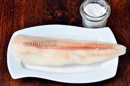Рыбу промываем и солим по вкусу.