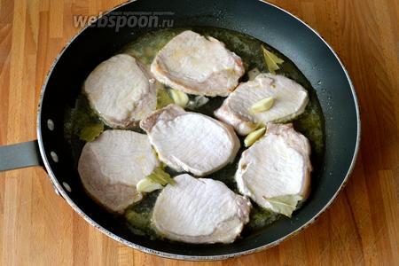 Добавить в сковороду лавровый лист (поломать) и чеснок. Влить белое вино. Дать соусу немного увариться, затем переложить свинину в отдельное блюдо и поддерживать тёплым.