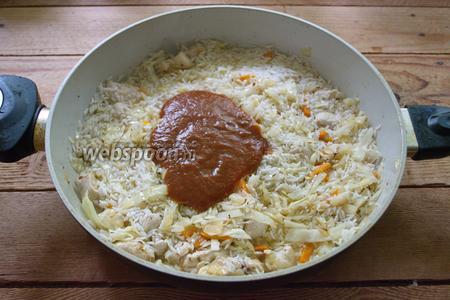 Добавьте сырой рис вместе с водой, в которой он стоял и томатную пасту (или томатный сок). Перемешайте и тушите до готовности риса и капусты. При необходимости добавьте немного кипячёной воды.