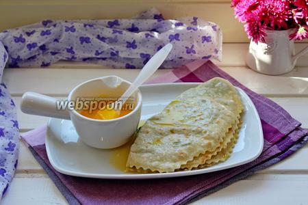 Снимать со сковороды и смазывать обильно растопленным сливочным маслом, складывая в стопочку как блины.