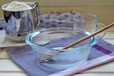 В горячей воде размешать соль и масло растительное.