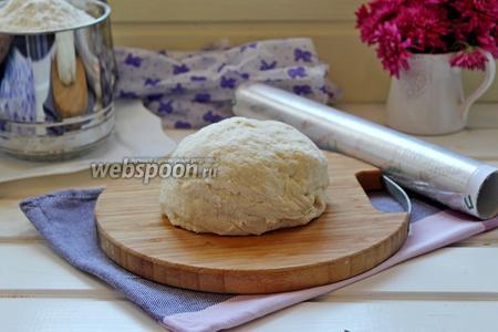 Замесить мягкое эластичное тесто, завернуть его в плёнку и оставить «отдохнуть» мин на 30.