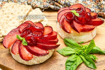 Сыр Бри с карамелизированными сливами