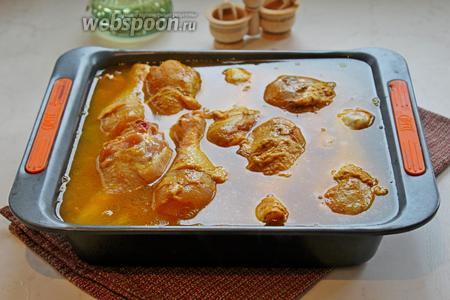 Выложить сверху куриные голени и поставить выпекаться на 1,5 часа при 180°С в заранее разогретую духовку. Обязательно проверяйте в процессе готовность риса, чтобы его не пересушить и, при надобности, добавляйте понемногу кипяток, пока куриные голени не будут румяными.