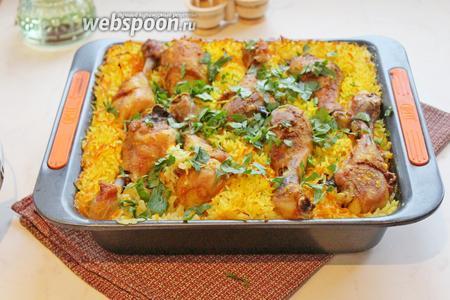 Готовый рис с курицей можно присыпать рубленной петрушкой и подавать к столу.