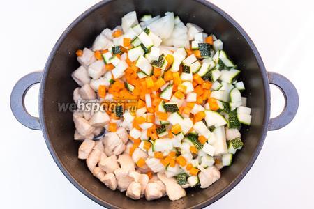 Добавим нарезанные кабачок, лук, морковь, чеснок. Еще чуть обжарим. Добавим зиру и паприку.