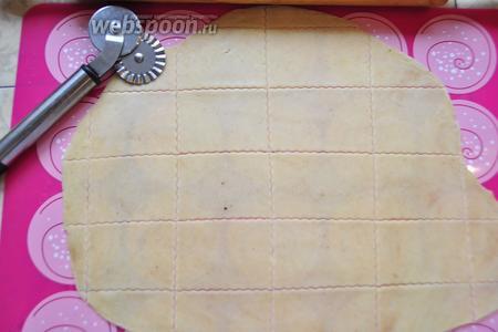 Затем раскатайте тесто (я для удобства делю тесто на 2-3 куска и по очереди раскатываю) максимально тонко, примерно 1-2 мм и нарежьте так, как вам нравится! Вообще галеты квадратной формы, но дома, я думаю, можно пользоваться тем, чем хочется! Обязательно сделайте на каждом печенье 16 дырочек (это просто совершить, взяв вилку и сделав 4 укола), не знаю зачем, но надо. :)