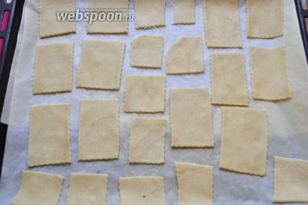 Выложите печенье на противень, застеленный пекарской бумагой и отправьте печься печеньки в заранее нагретую духовку. Пеките при 180°С минут 5-7, до лёгкого зарумянивания. Если держать дольше — будут хрустеть, как крекеры, кому как больше нравится!