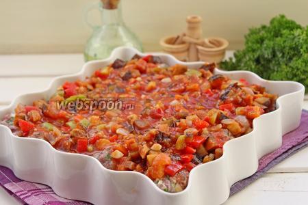 Залить овощным соусом наши подготовленные митболы и поставить выпекать в заранее разогретую духовку до 200°С на 30 мин.