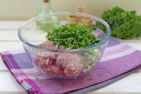 Добавить зелень и лук в фарш, посолить, поперчить и очень хорошо вымесить .