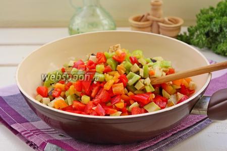 Добавить баклажаны и перец, перемешать и вместе обжаривать минут 7-8, помешивая.