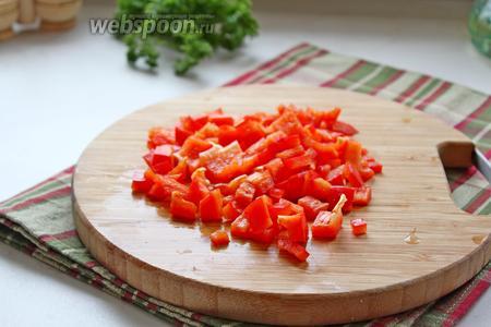 Сладкий перец тоже нарезать мелко.