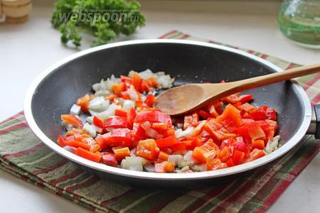 В сковороде обжарить сначала лук и чеснок 2 минуты, добавить сладкий перец и жарить ещё 3 минутки.