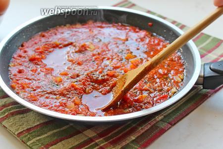Посолить, поперчить и в томатном соусе сделать 4 углубления.