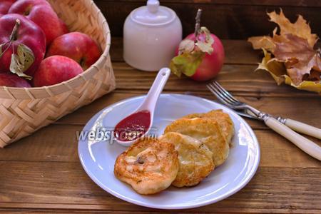 Творожные оладьи с яблоком и изюмом