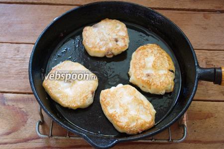Разогрейте сковороду. Влейте в неё немного растительного масла. Выкладывайте тесто ложкой. Обжаривайте оладьи с двух сторон до румяности.