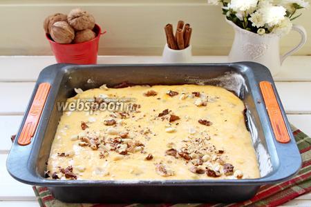 Сверху выложить тыквенное тесто и присыпать оставшимися орехами.