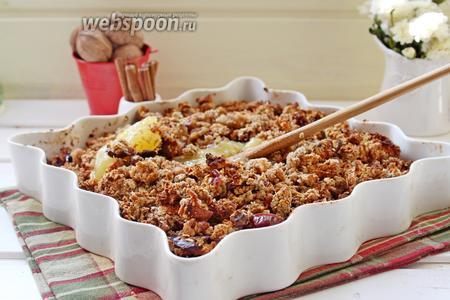 В готовую горячую гранолу добавить мед и перемешать.