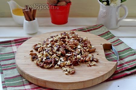 Орехи порубить крупно.