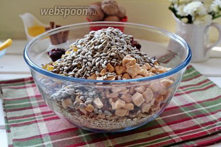 Добавить орехи, финики, сушёные яблоки, семечки, изюм.