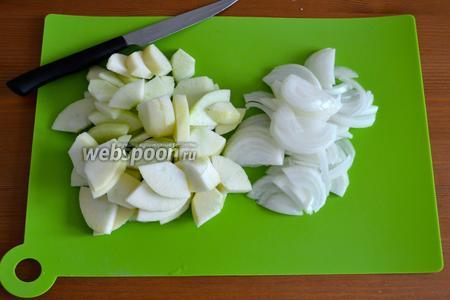Тем временем займёмся приготовлением начинки: лук нарезать полукольцами, яблоки очистить от кожуры и нарезать небольшими дольками...