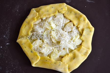 Посыпать сверху тёртым сыром. Завернуть края теста к центру. И смазать галету сливками (или яйцом). При желании, можно ещё присыпать слегка сыром...