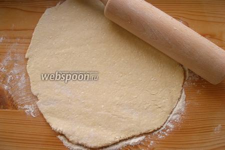 Делим тесто на 2 или 3 части (как вам удобнее) и каждую раскатываем в круг.