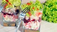 Фото рецепта Салат порционный в стаканах с селёдкой и красной икрой